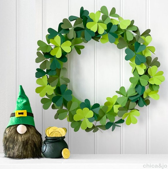 Paper clover wreath for St. Patricks Day