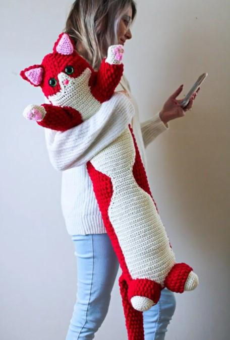 Valentine Kitty Pillow – A Free Crochet Pattern